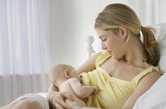 母乳喂养的宝宝大便绿色