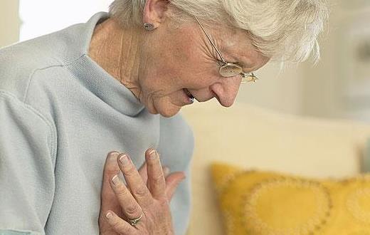 当老人发生突发疾病时该如何应对