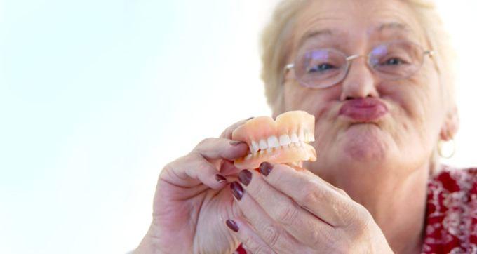 老人装假牙后的注意事项