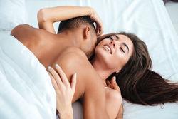 性爱时闭眼真的说明女人很享受?
