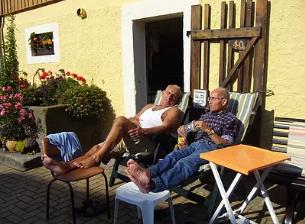 老年人清晨泡脚有助于长寿