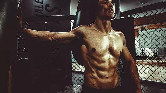 如何锻炼腹肌和胸肌