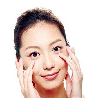 天天熬夜,怎样消除眼袋最有效呢?